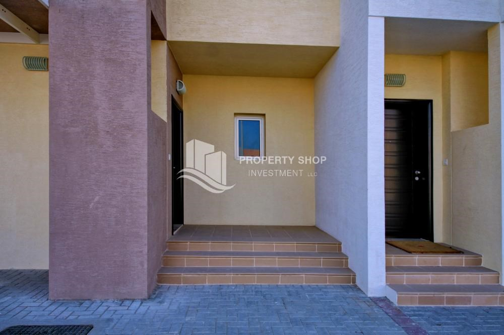 External Entrance - Vacant 5BR+M Villa with private pool.