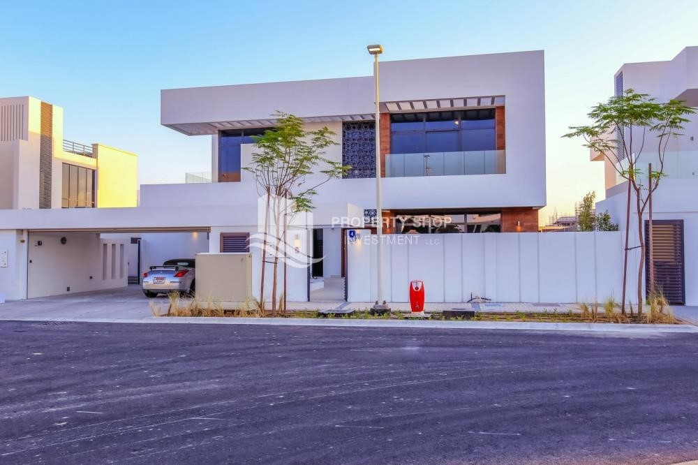 Property - Luxurious Villa with 2 Car park in West Yas for RENT.