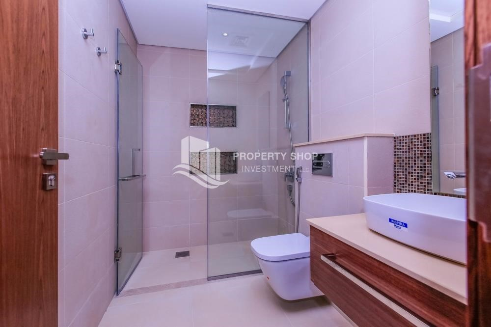 Bathroom - Luxurious Villa with 2 Car park in West Yas for RENT.