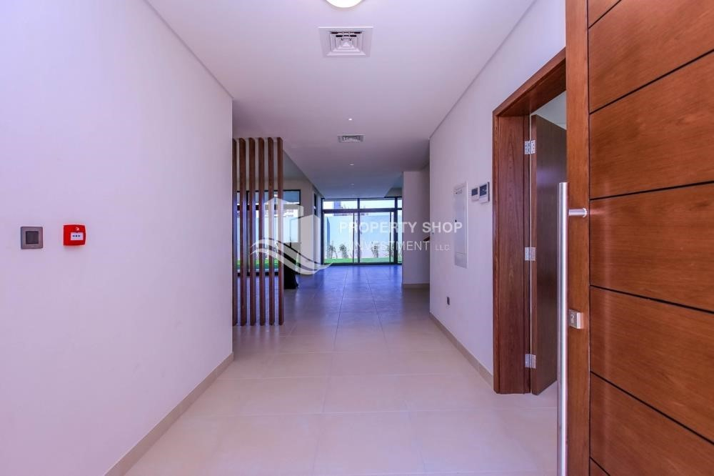 Foyer - Luxurious Villa with 2 Car park in West Yas for RENT.