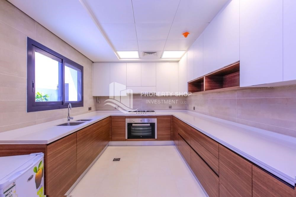 Kitchen - Luxurious Villa with 2 Car park in West Yas for RENT.