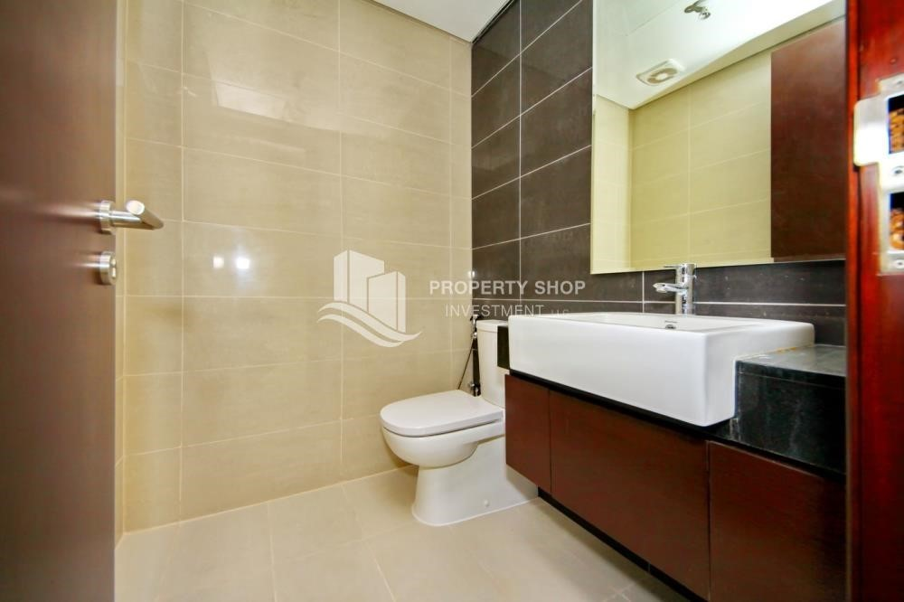 Bathroom - Spacious vacant apartment in Marina Square for sale!