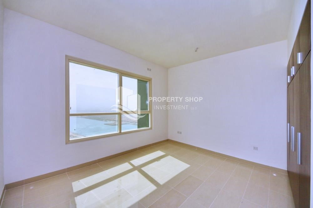 Bedroom - Spacious vacant apartment in Marina Square for sale!