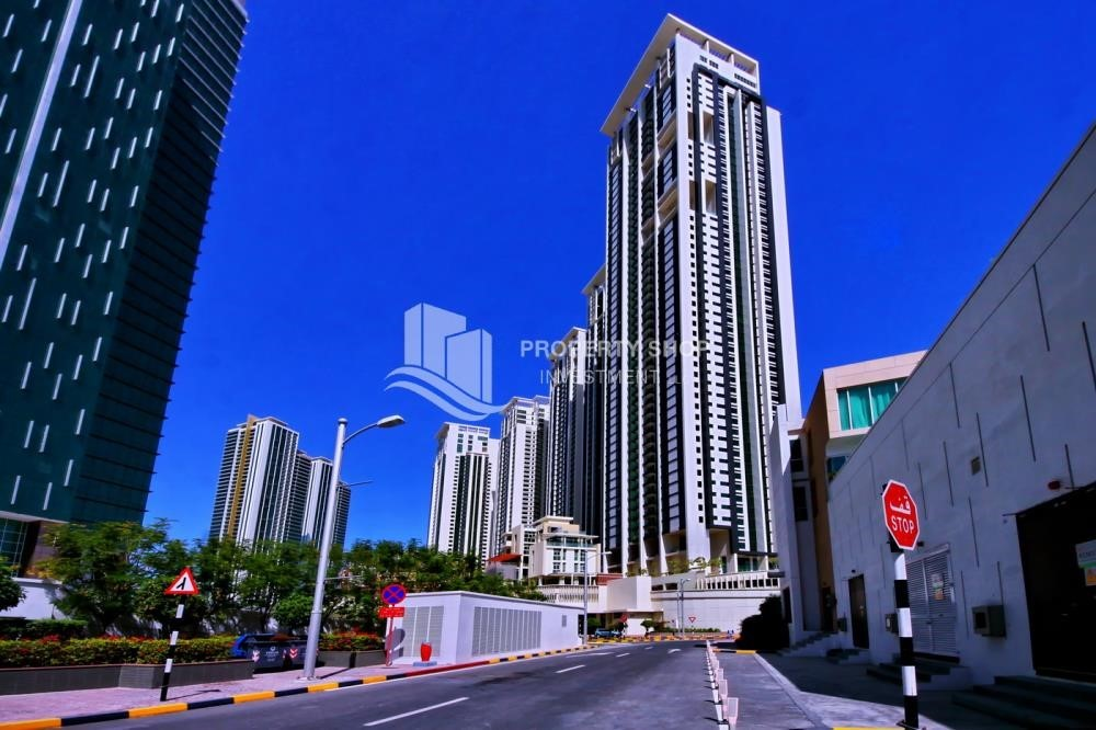 Community - Spacious vacant apartment in Marina Square for sale!