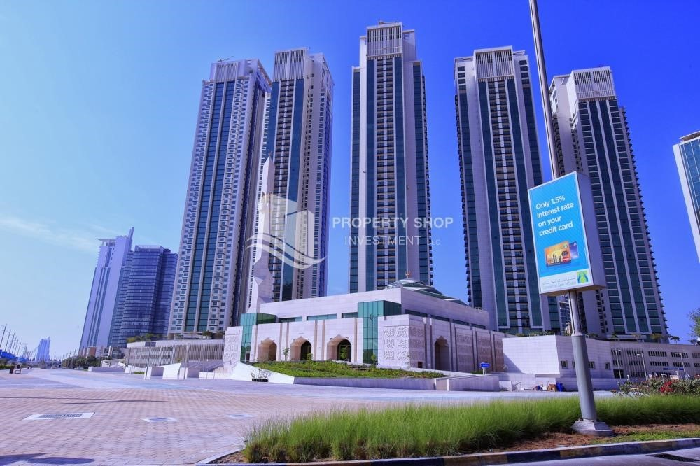 Property - Spacious vacant apartment in Marina Square for sale!