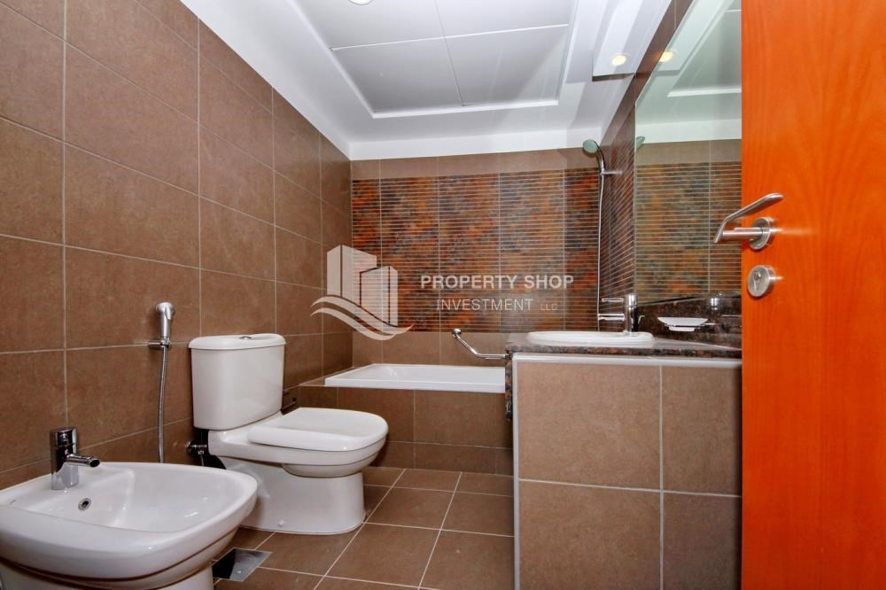 Bathroom - Large Apt on high floor with full facilities.