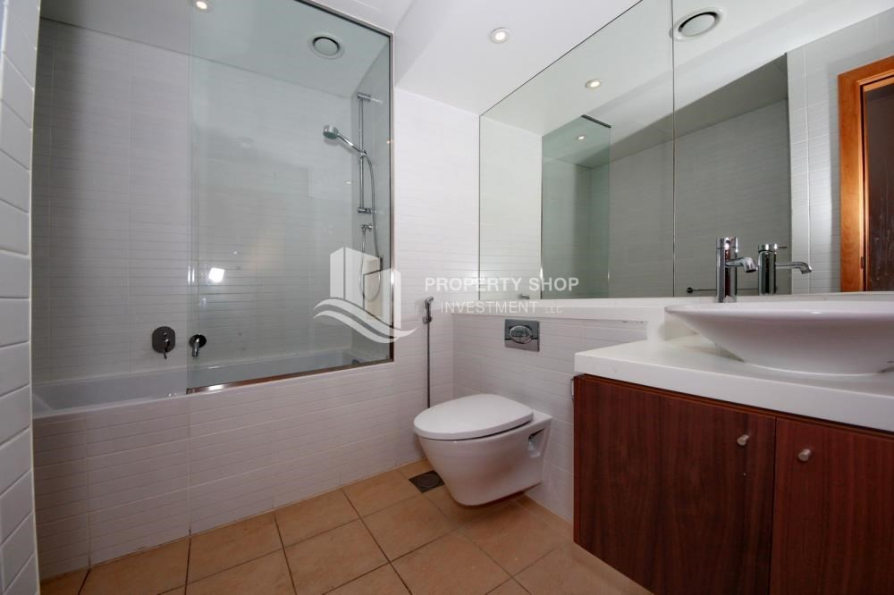 Bathroom - 4bd townhouse front row with waterfront for sale in Al muneera