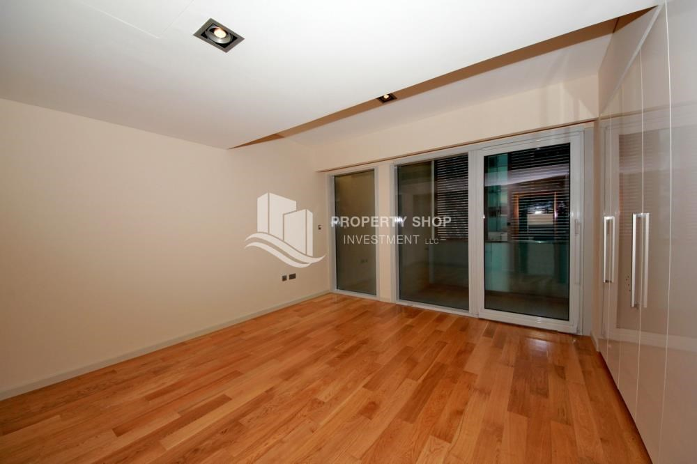 Bedroom - 4bd townhouse front row with waterfront for sale in Al muneera