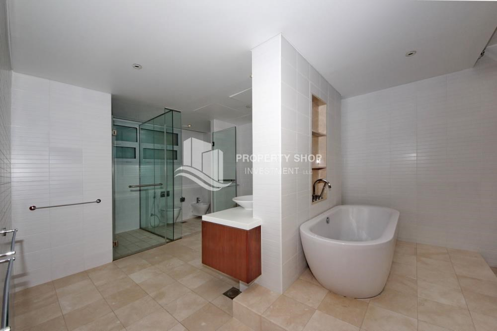 Master Bathroom - 4bd townhouse front row with waterfront for sale in Al muneera