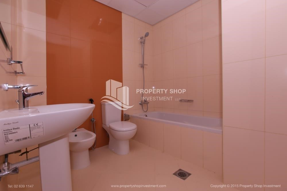 Bathroom - Studio Apt with modern facilities, vacant for rent