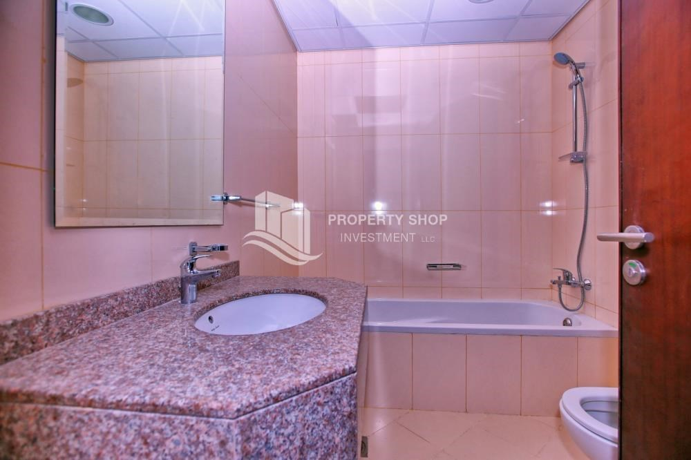 Bathroom - Vacant Studio in Hydra Avenue with pleasant sea view.