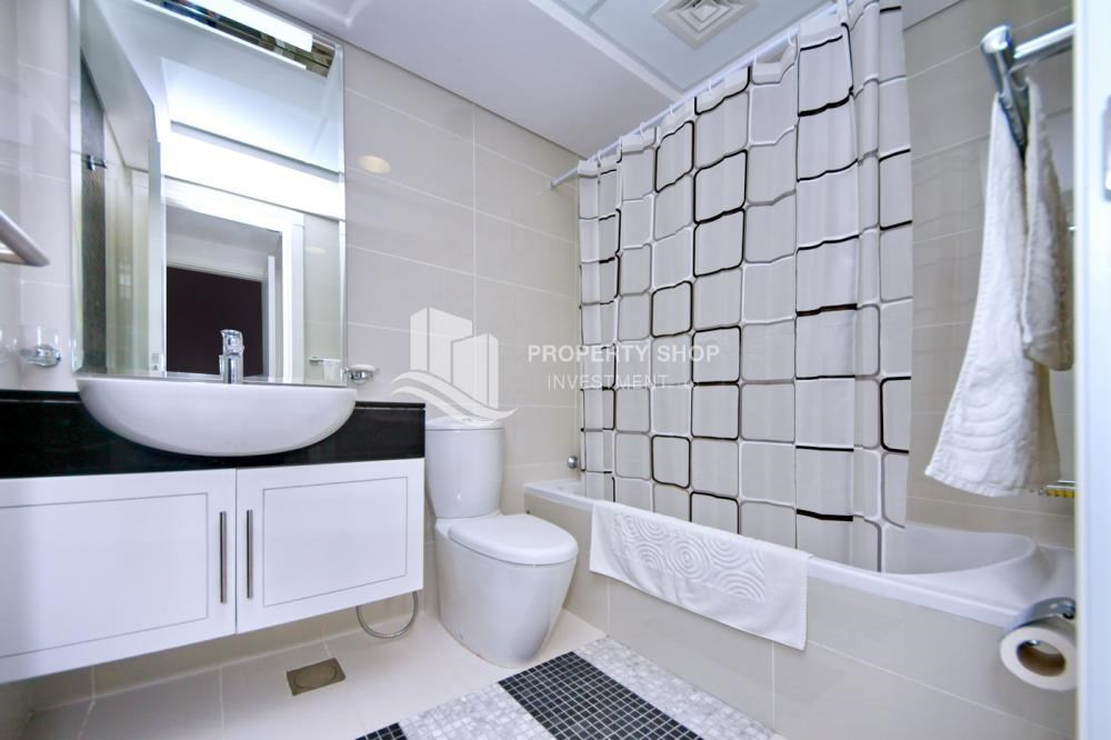 Bathroom - Sea-city view 1BR apt w/ built in cabinet for sale in Marina Bay.