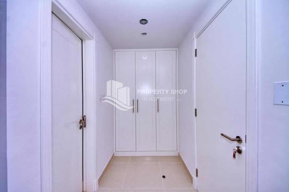 Built in Wardrobe - Sea-city view 1BR apt w/ built in cabinet for sale in Marina Bay.