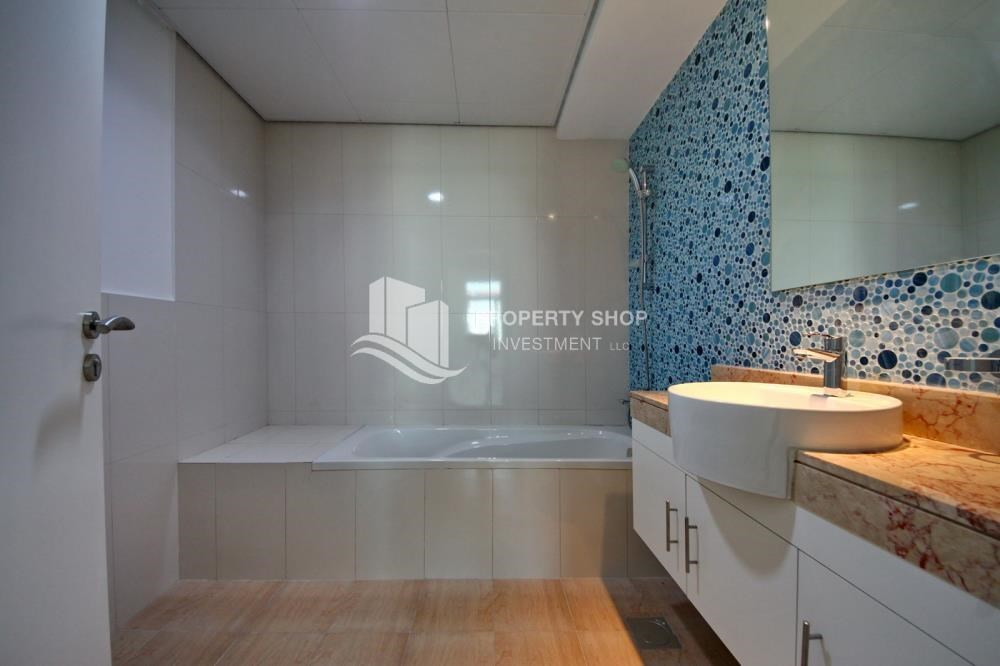 Bathroom - Terraced apartment with full facilities.