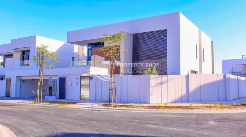 Property-Luxurious Villa with 2 Car park in West Yas for RENT.
