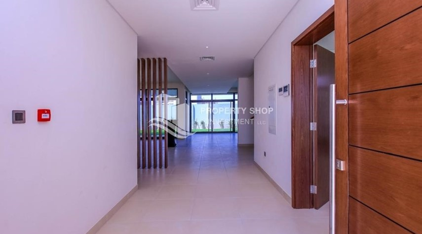Foyer-Luxurious Villa with 2 Car park in West Yas for RENT.