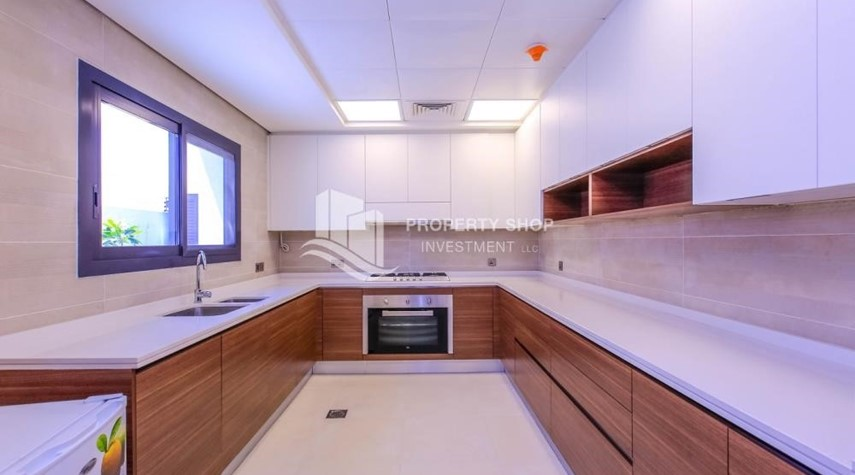 Kitchen-Luxurious Villa with 2 Car park in West Yas for RENT.