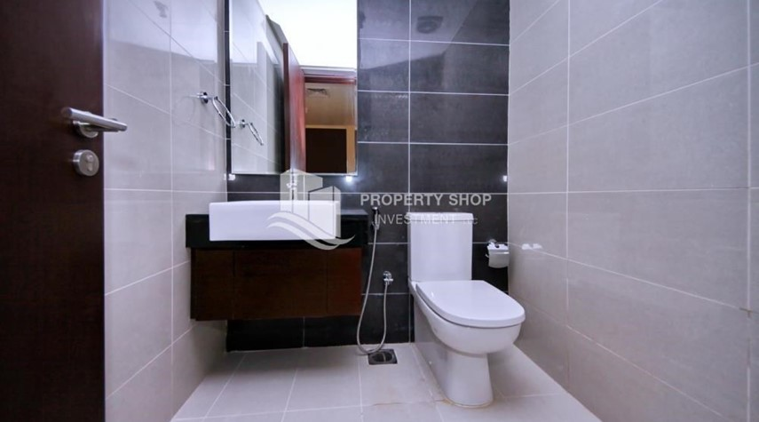 Bathroom-High floor Apt in Al Maha Tower.
