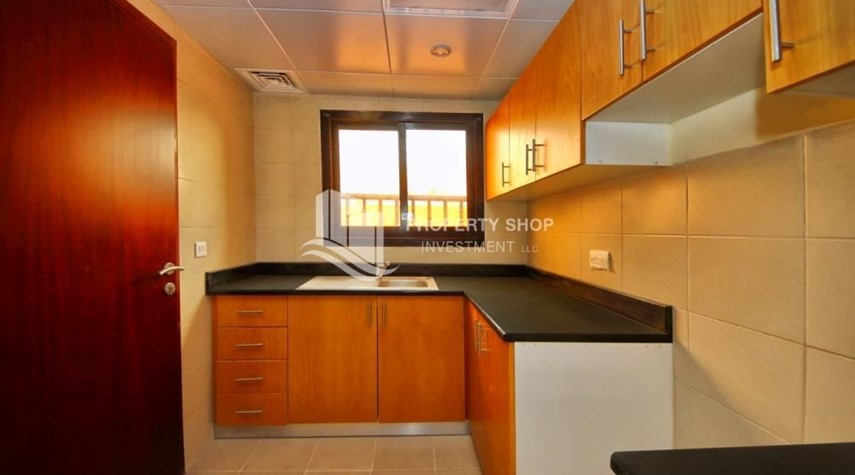 Kitchen-Spacious villa with terrace + parking.