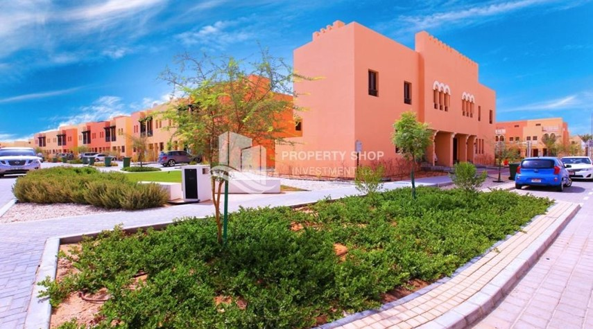 Property-Spacious villa with terrace + parking.