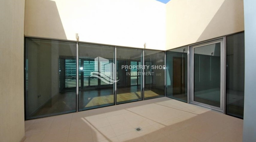 Courtyard-4bd townhouse front row with waterfront for sale in Al muneera