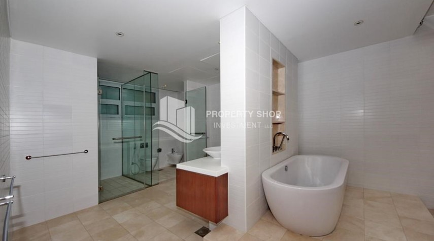 Master Bathroom-4bd townhouse front row with waterfront for sale in Al muneera
