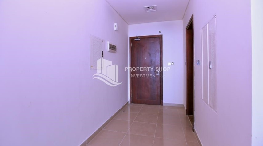 Foyer-Vacant Studio in Hydra Avenue with pleasant sea view.