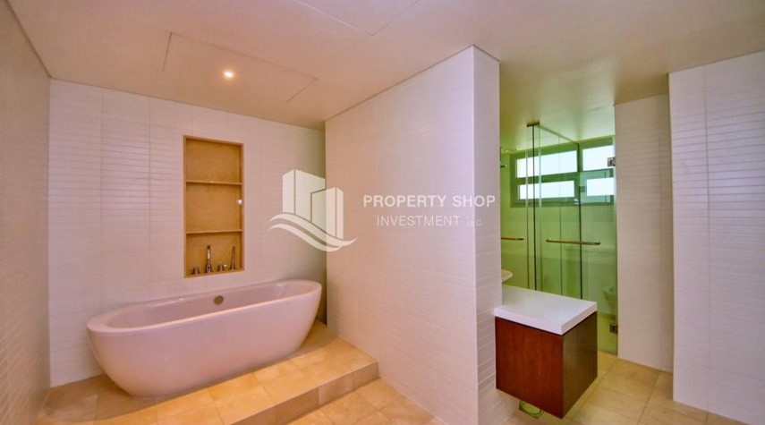 Master Bathroom-A Prestigious 4BR Townhouse plus 2% Rent Free + 1 Month Rent Free in Al raha Beach!