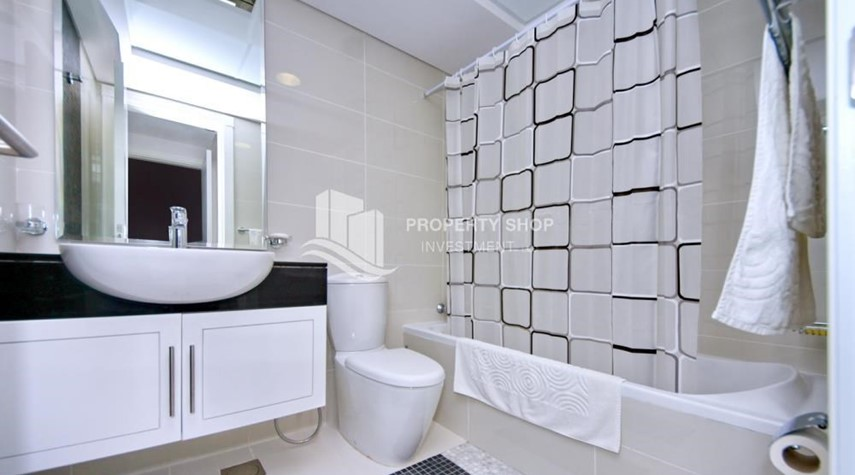 Bathroom-Sea-city view 1BR apt w/ built in cabinet for sale in Marina Bay.