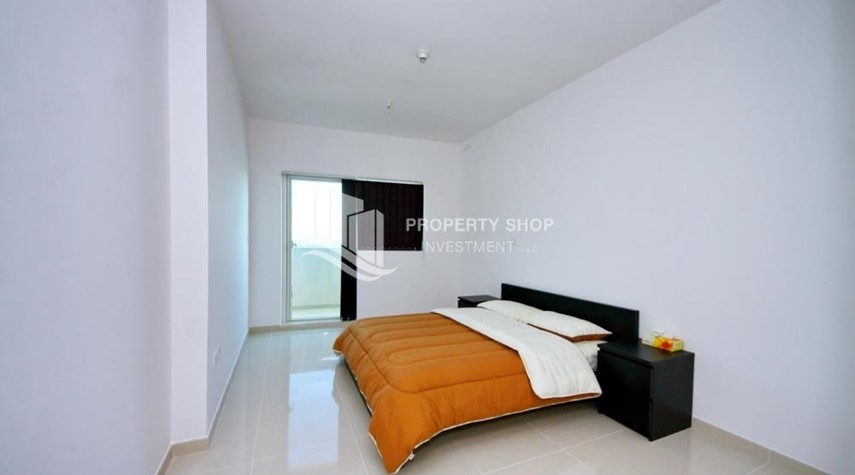Bedroom-Sea-city view 1BR apt w/ built in cabinet for sale in Marina Bay.
