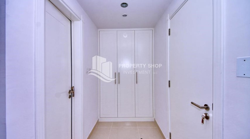Built in Wardrobe-Sea-city view 1BR apt w/ built in cabinet for sale in Marina Bay.