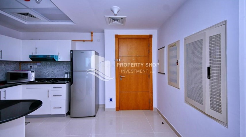Foyer-Sea-city view 1BR apt w/ built in cabinet for sale in Marina Bay.