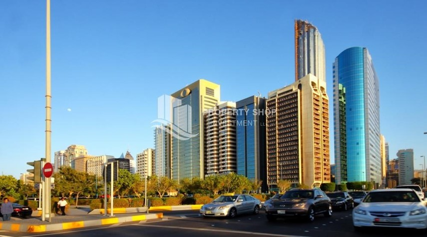 Community-great location, 4br apartment available in Corniche road