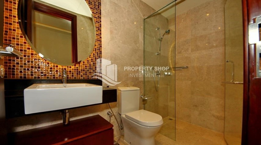 Bathroom-3+M apt with balcony and sea view.